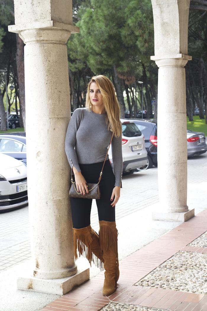 jersey  gris pantalón botas flecos Pochette Eva Louis Vuitton zara Amarás la moda Paula Fraile 2