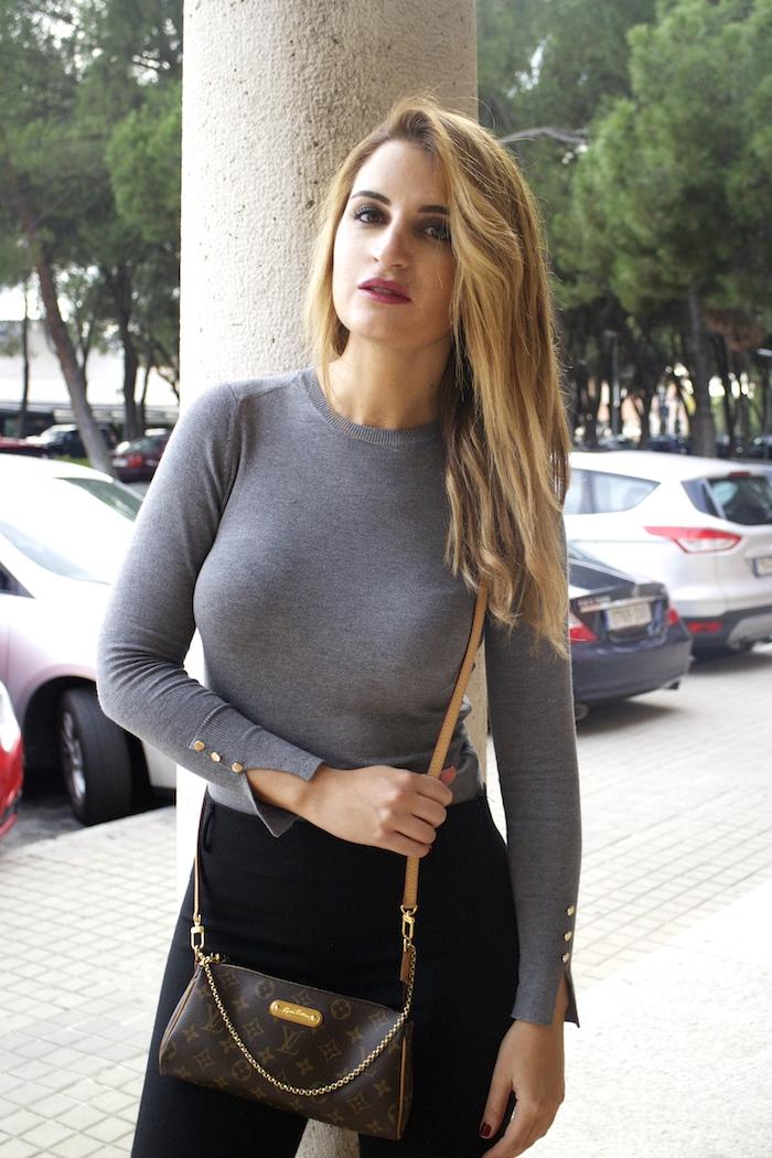 jersey  gris pantalón botas flecos Pochette Eva Louis Vuitton zara Amarás la moda Paula Fraile