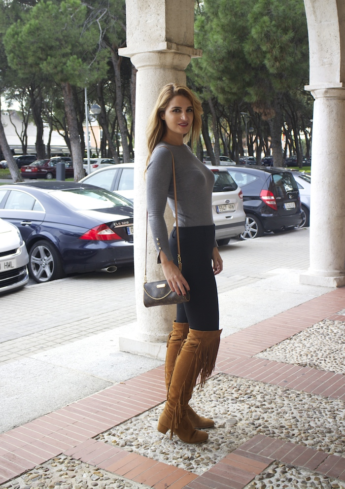 jersey  gris pantalón botas flecos Pochette Eva Louis Vuitton zara Amarás la moda Paula Fraile10