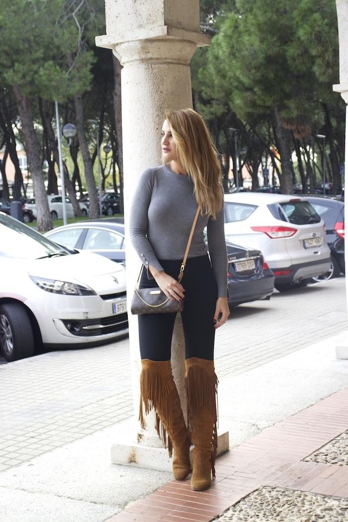 jersey  gris pantalón botas flecos Pochette Eva Louis Vuitton zara Amarás la moda Paula Fraile11