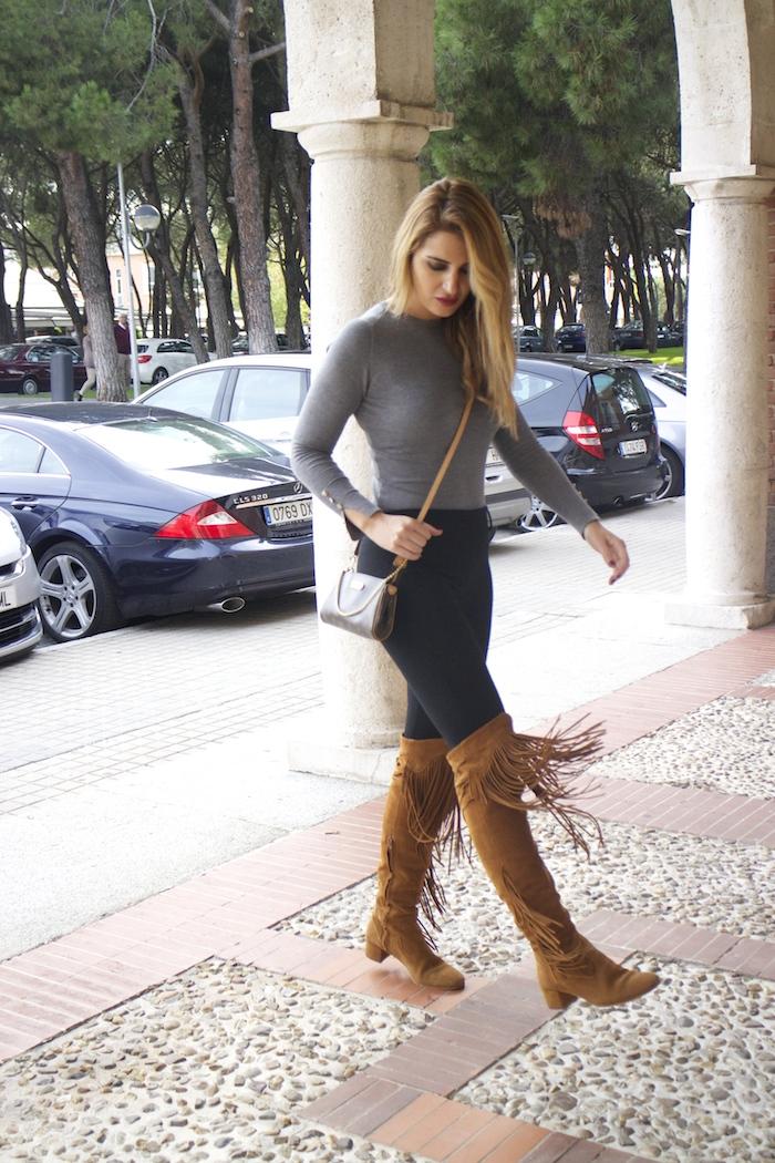 jersey  gris pantalón botas flecos Pochette Eva Louis Vuitton zara Amarás la moda Paula Fraile3