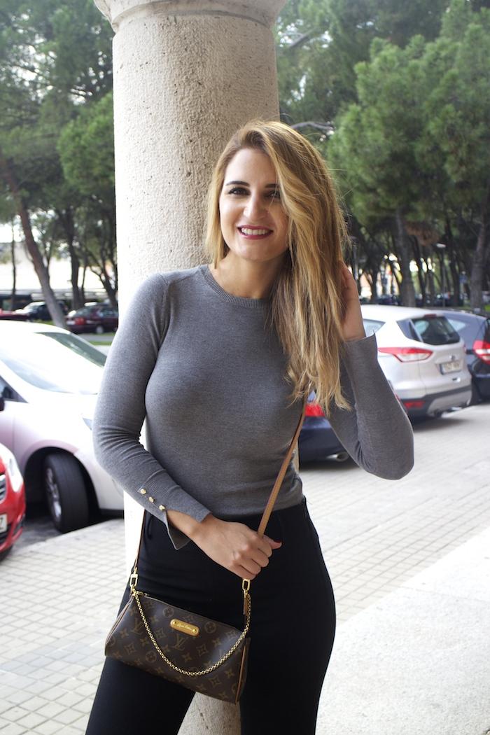 jersey  gris pantalón botas flecos Pochette Eva Louis Vuitton zara Amarás la moda Paula Fraile4