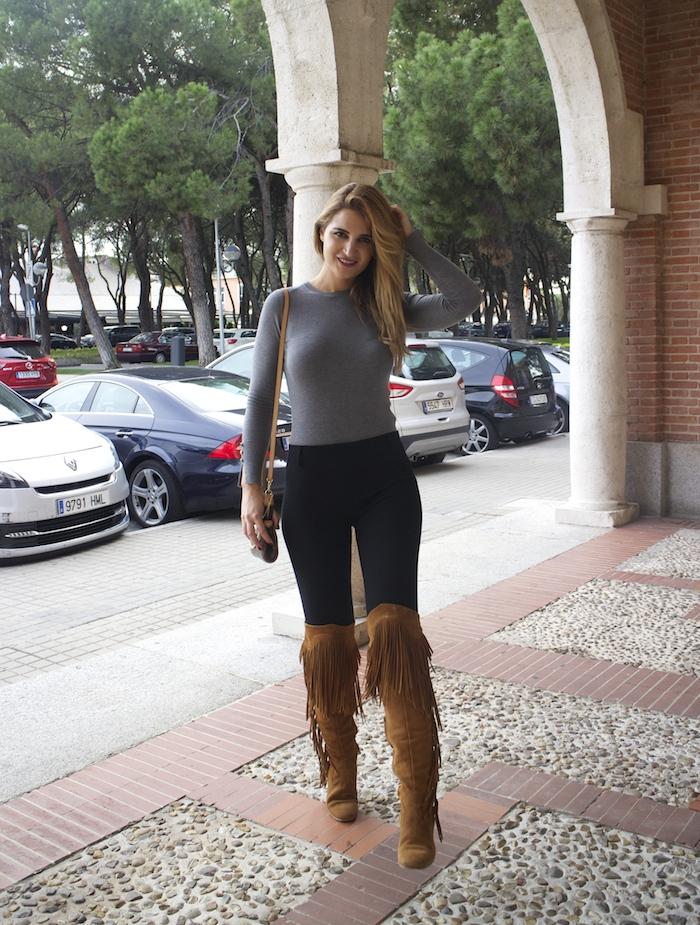 jersey  gris pantalón botas flecos Pochette Eva Louis Vuitton zara Amarás la moda Paula Fraile5