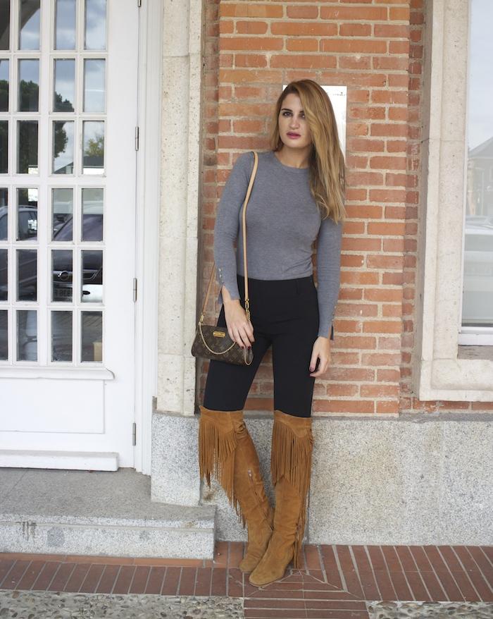 jersey  gris pantalón botas flecos Pochette Eva Louis Vuitton zara Amarás la moda Paula Fraile6