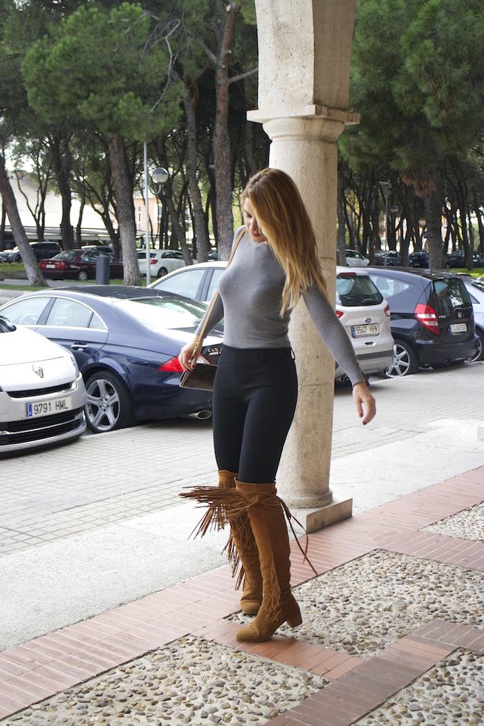 jersey  gris pantalón botas flecos Pochette Eva Louis Vuitton zara Amarás la moda Paula Fraile8