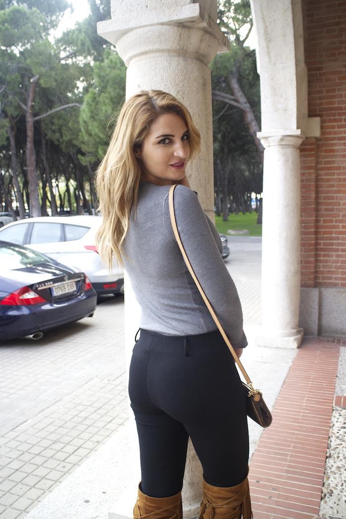 jersey  gris pantalón botas flecos Pochette Eva Louis Vuitton zara Amarás la moda Paula Fraile9