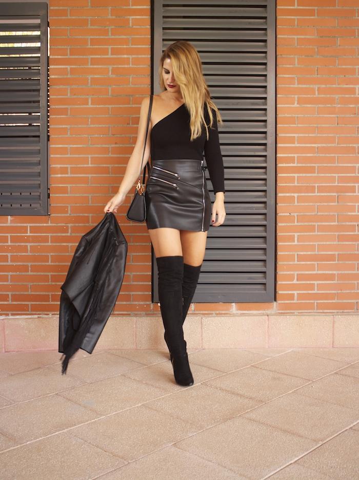 top asimetrico falda de cuero botas mosqueteras amaras la moda Paula Fraile 2