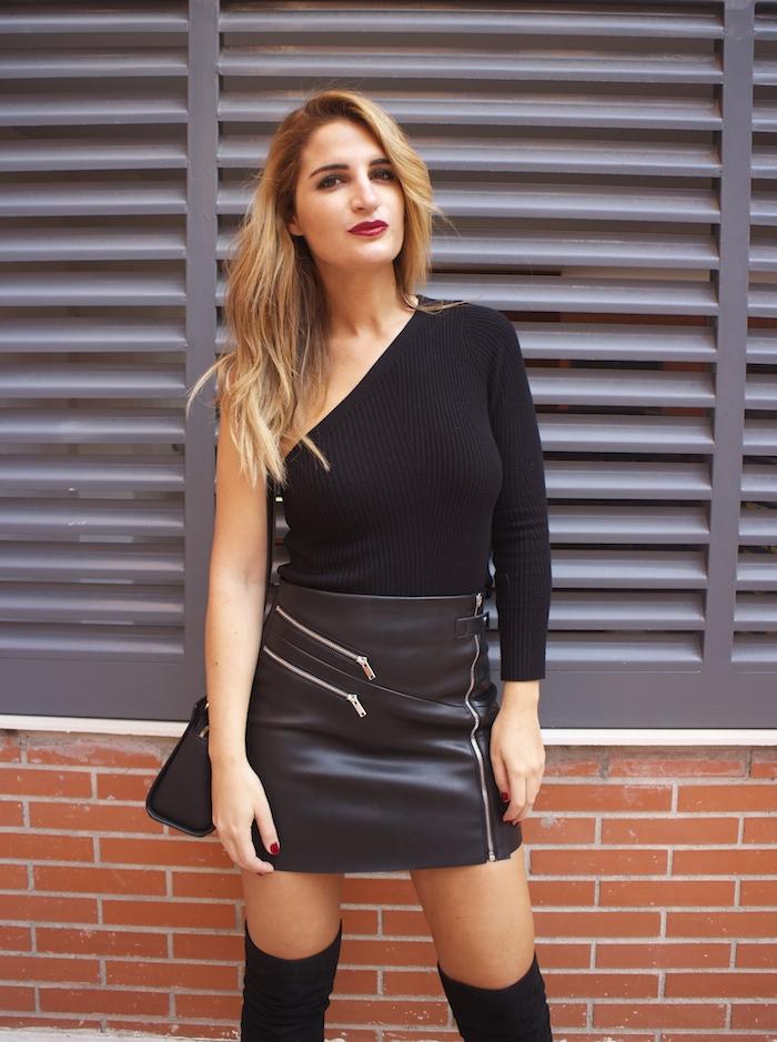 top asimetrico falda de cuero botas mosqueteras amaras la moda Paula Fraile