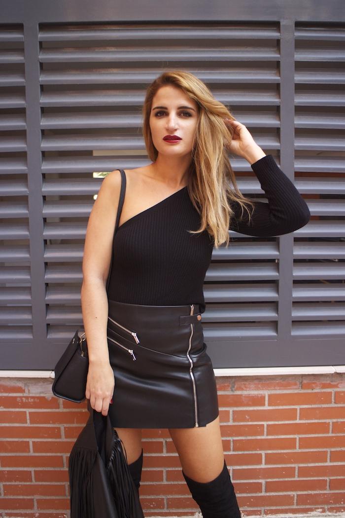 top asimetrico falda de cuero botas mosqueteras amaras la moda Paula Fraile4