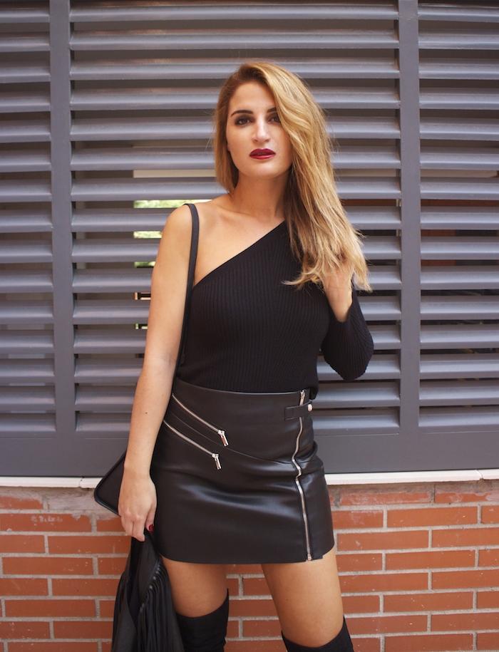 top asimetrico falda de cuero botas mosqueteras amaras la moda Paula Fraile8