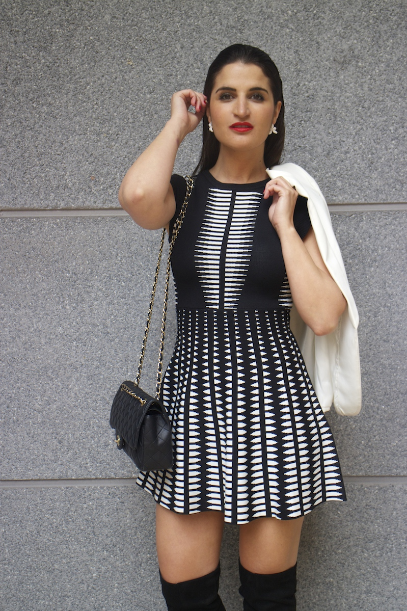 dress black and white flower earrings carolina herrera chanel bag- amaras-la-moda-paula-fraile5
