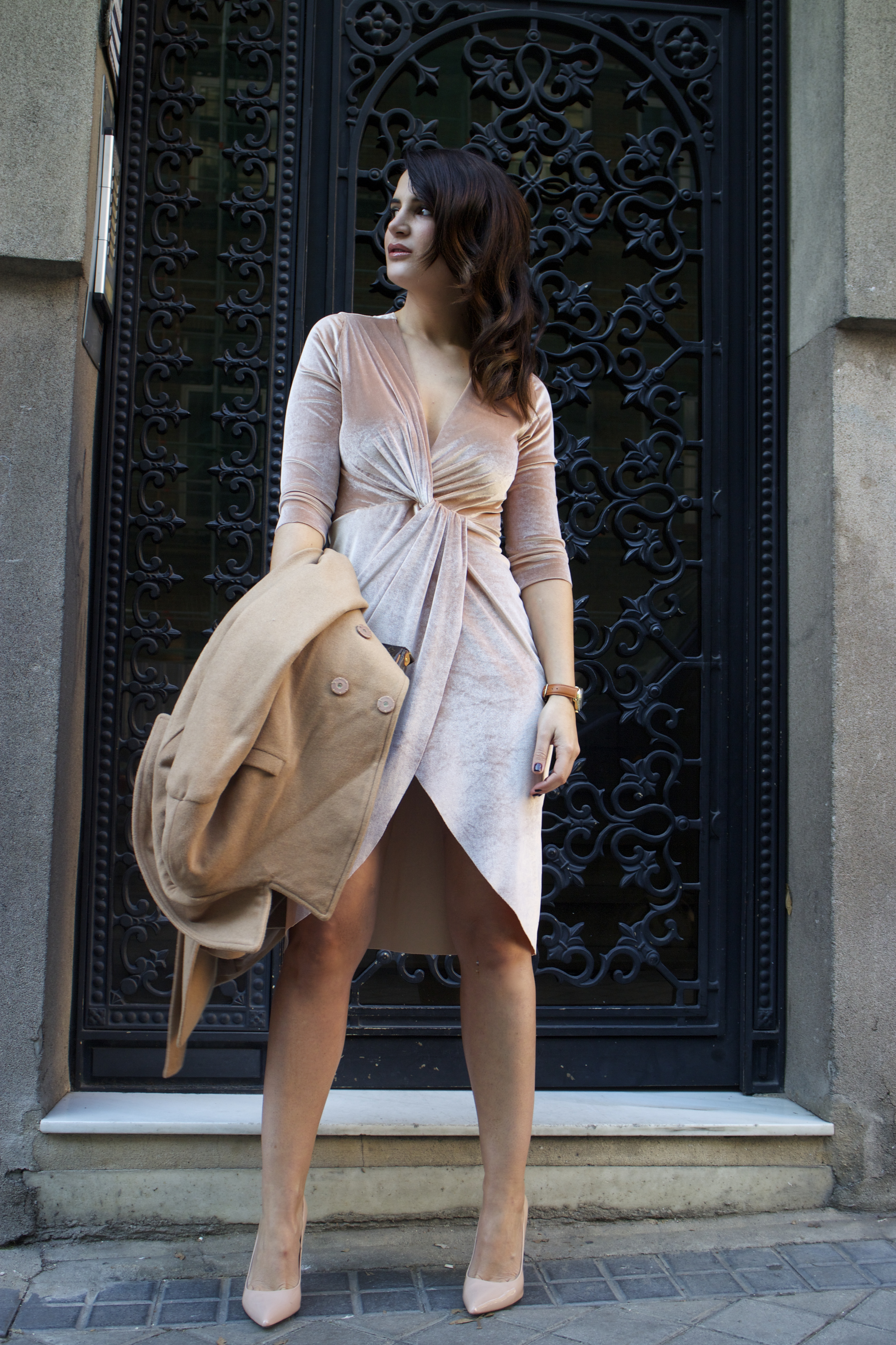 henry-london-watch-brand-embassador-pink-velvet-dress-vuitton-bag-lady-amaras-la-moda-paula-fraile11