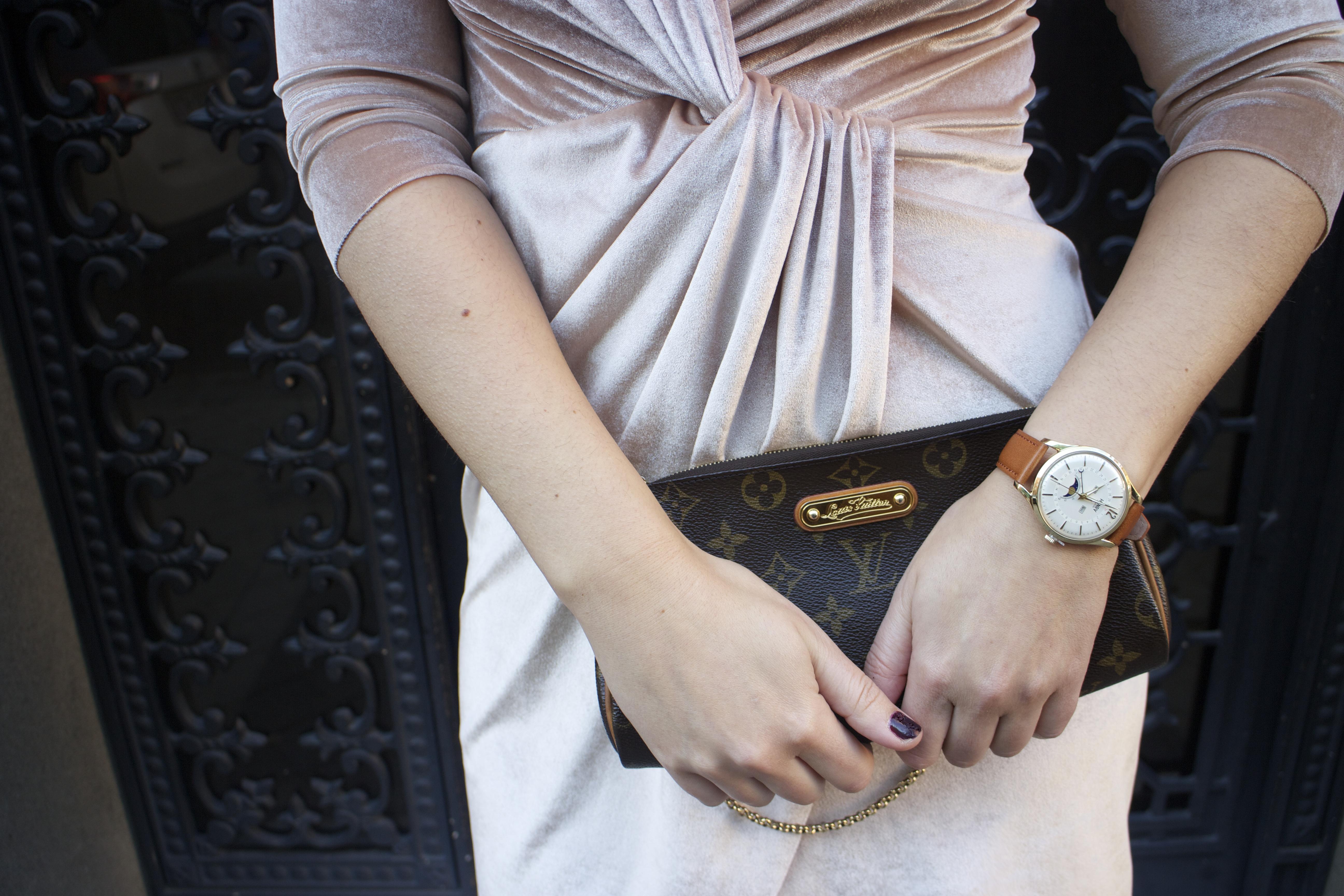 henry-london-watch-brand-embassador-pink-velvet-dress-vuitton-bag-lady-amaras-la-moda-paula-fraile13