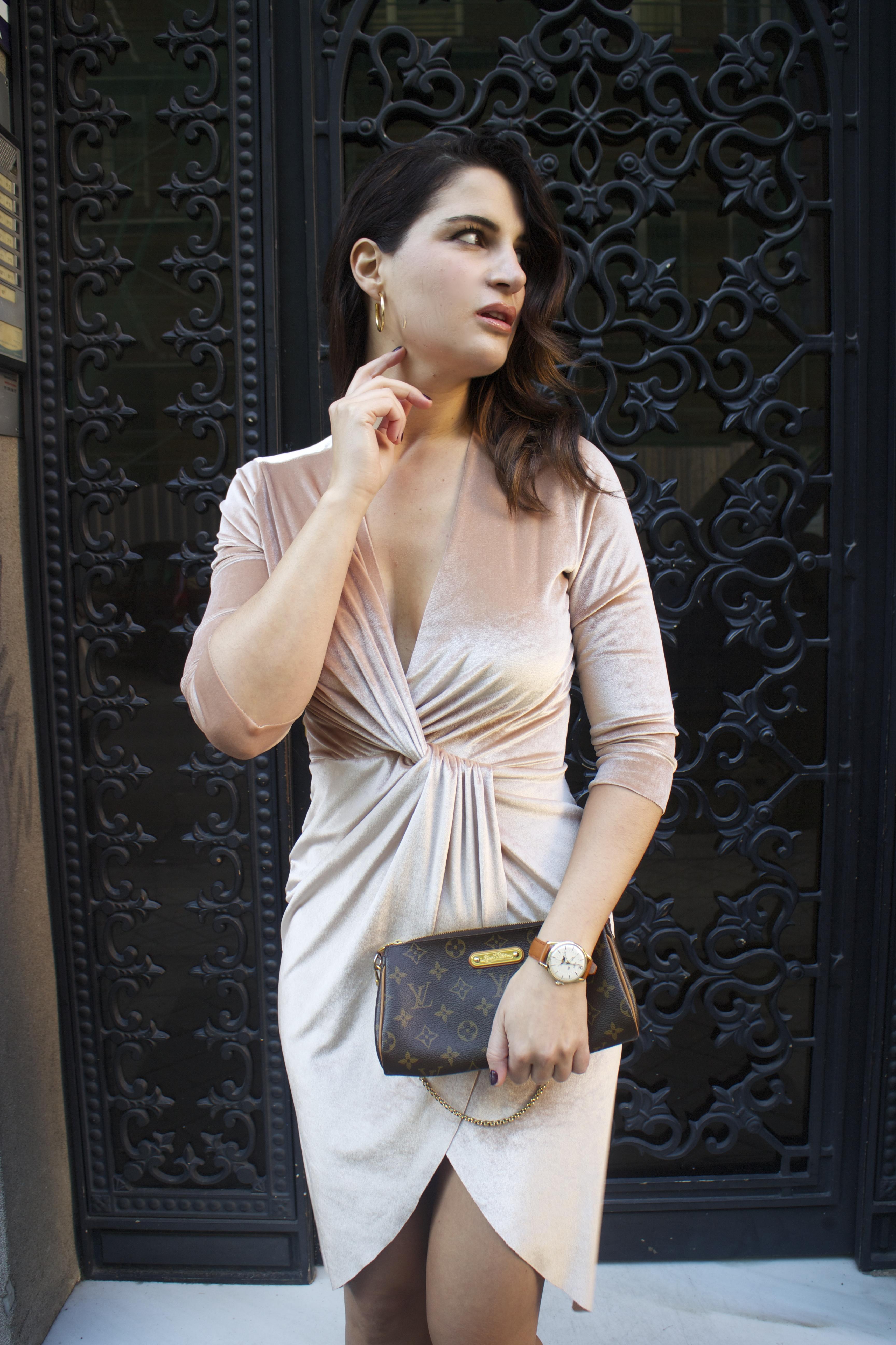 henry-london-watch-brand-embassador-pink-velvet-dress-vuitton-bag-lady-amaras-la-moda-paula-fraile14