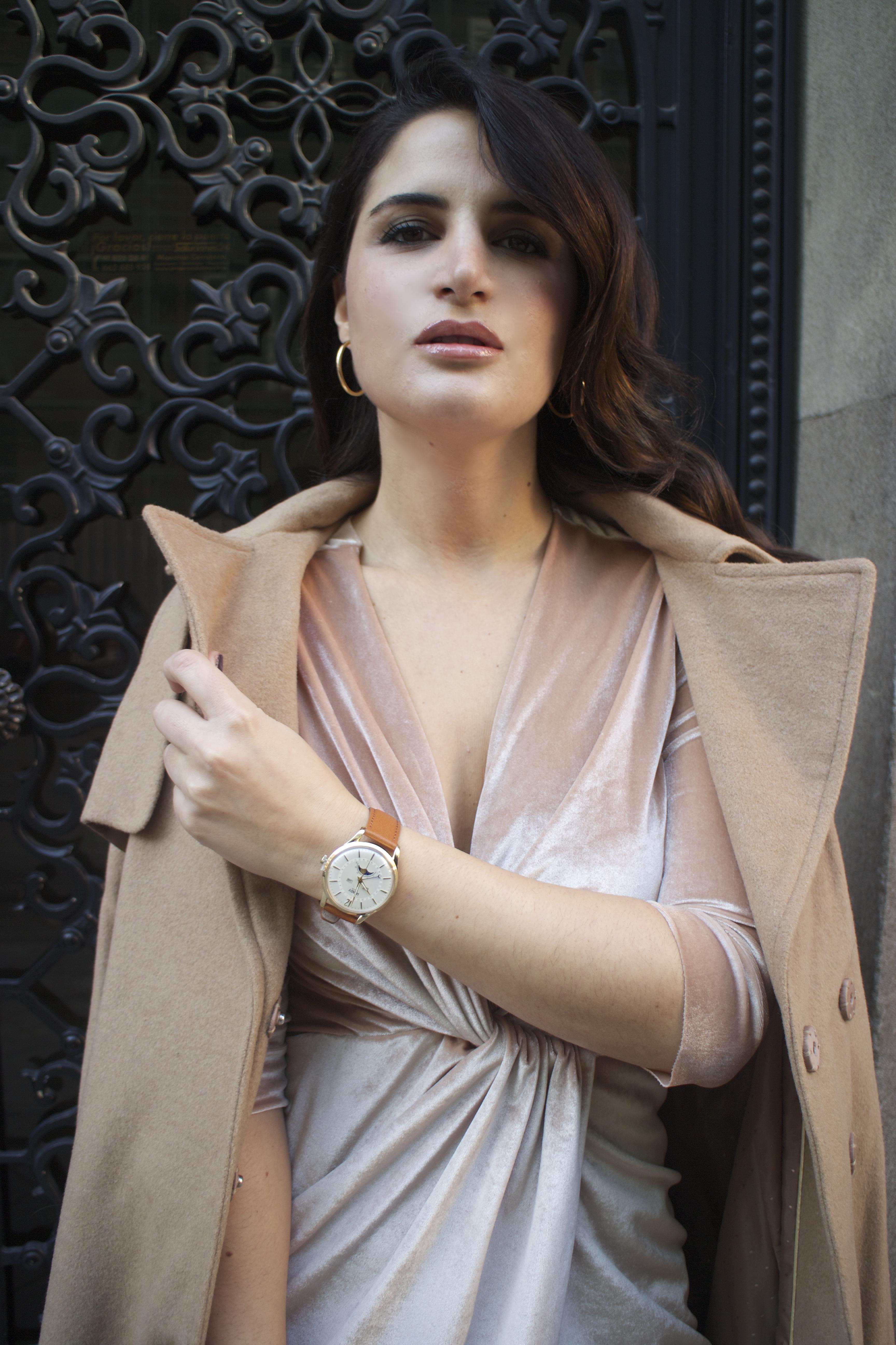 henry-london-watch-brand-embassador-pink-velvet-dress-vuitton-bag-lady-amaras-la-moda-paula-fraile2