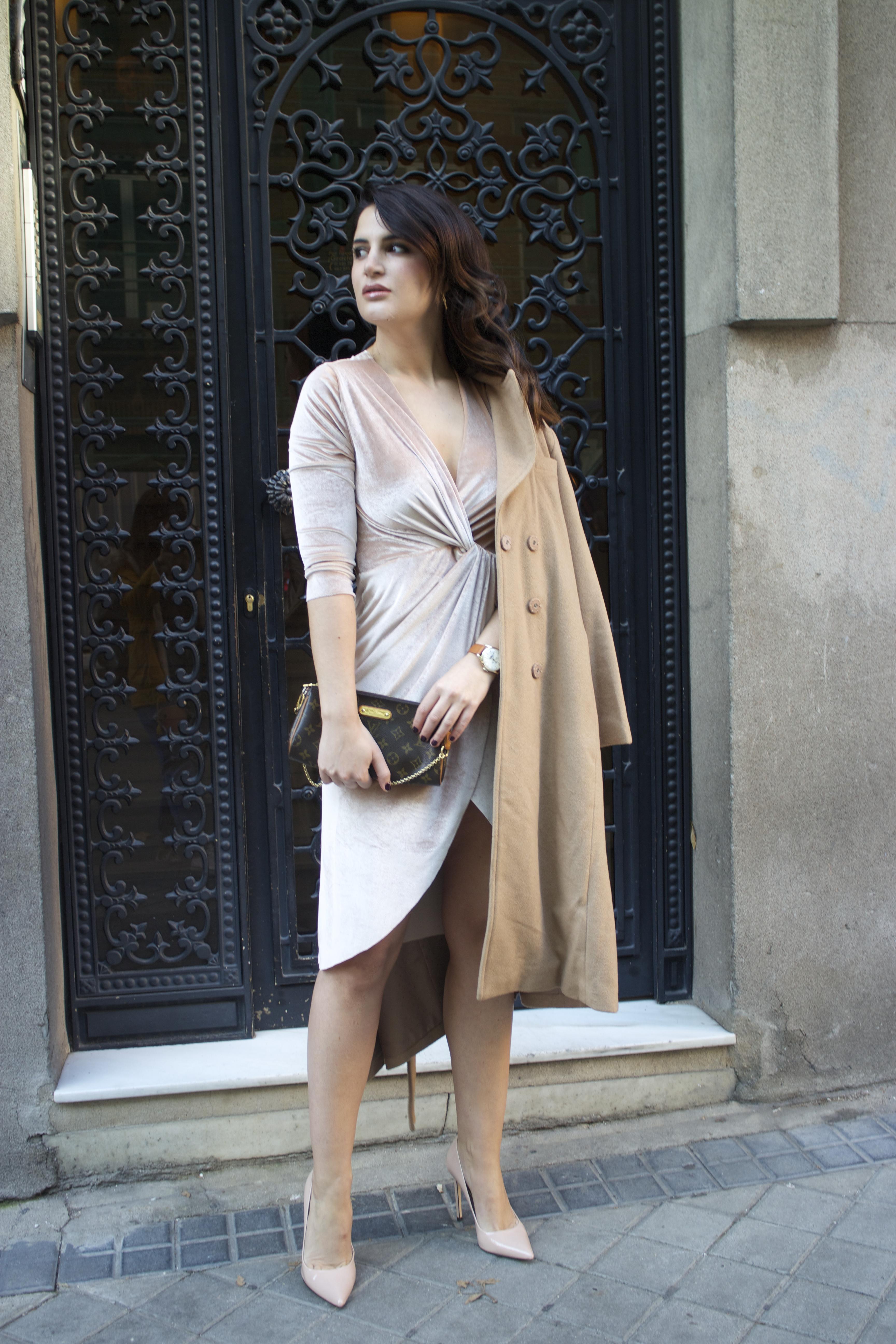 henry-london-watch-brand-embassador-pink-velvet-dress-vuitton-bag-lady-amaras-la-moda-paula-fraile5