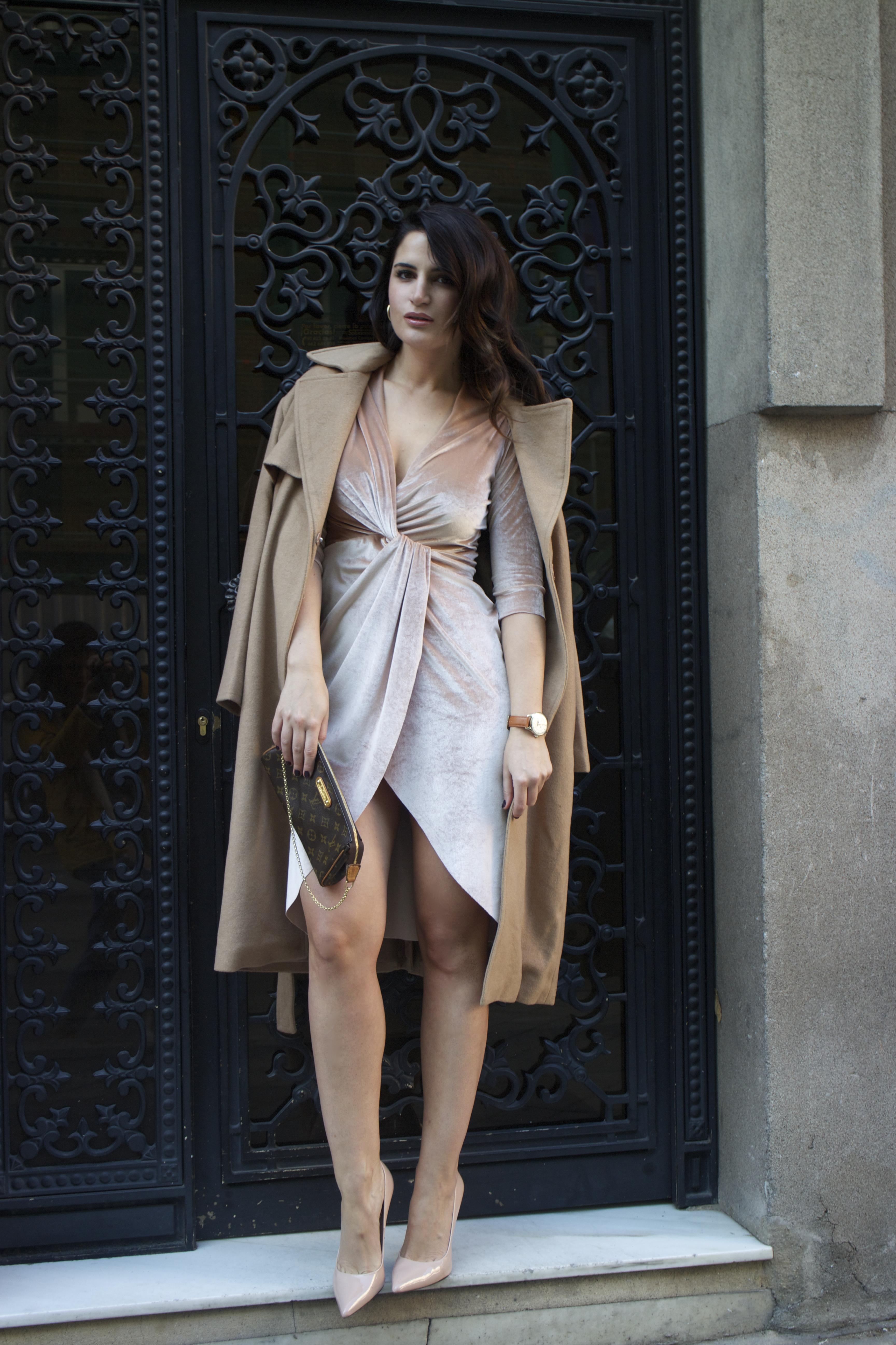 henry-london-watch-brand-embassador-pink-velvet-dress-vuitton-bag-lady-amaras-la-moda-paula-fraile6