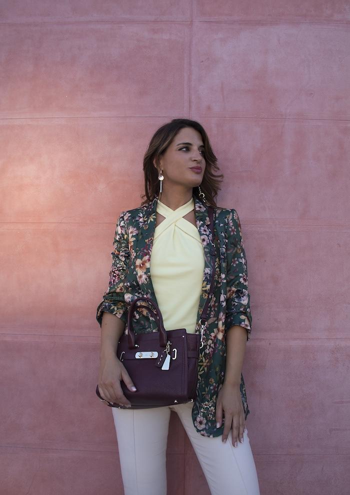 chaqueta flores top pantalón gucci bolso coach amaras la moda paula fraile5