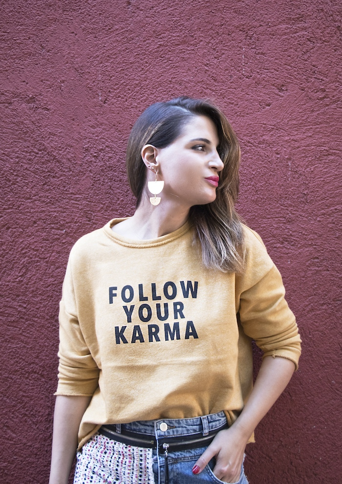 follow your karma sudadera zara falda denim tweed pendientes tiahra madrid paula fraile amaras la moda4